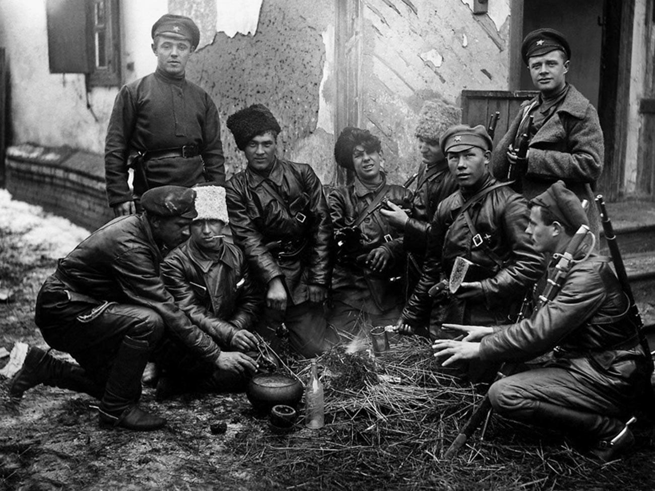 Crvenoarmejci ručaju pored vatre.