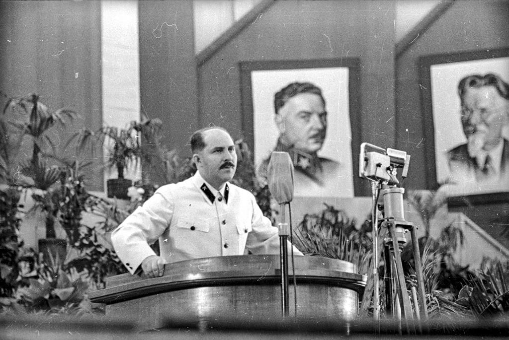 Lazar Kaganovich durante un intervento al congresso del Partito, 1938