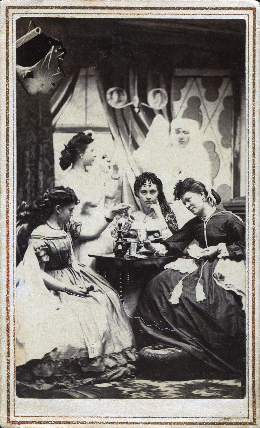 Une carte de visite représentant une réunion de jeunes femmes dans un parloir, avec une silhouette fantomatique en arrière-plan, aux États-Unis vers 1860