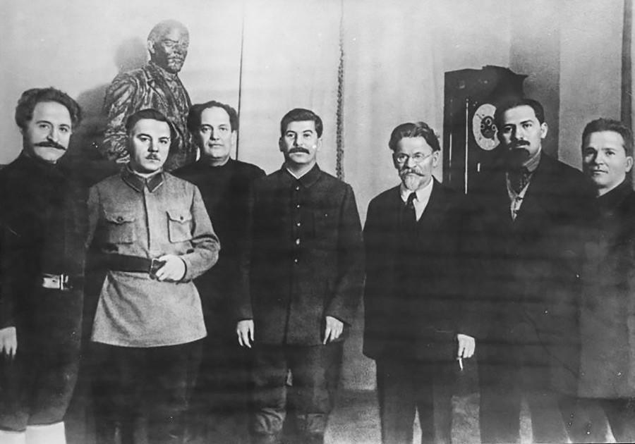 Слева направо: Серго Орджоникидзе, Климент Ворошилов, Валериан Куйбышев, Иосиф Сталин, Михаил Калинин, Лазарь Каганович, Сергей Киров. Дата съемки: 18 декабря 1929