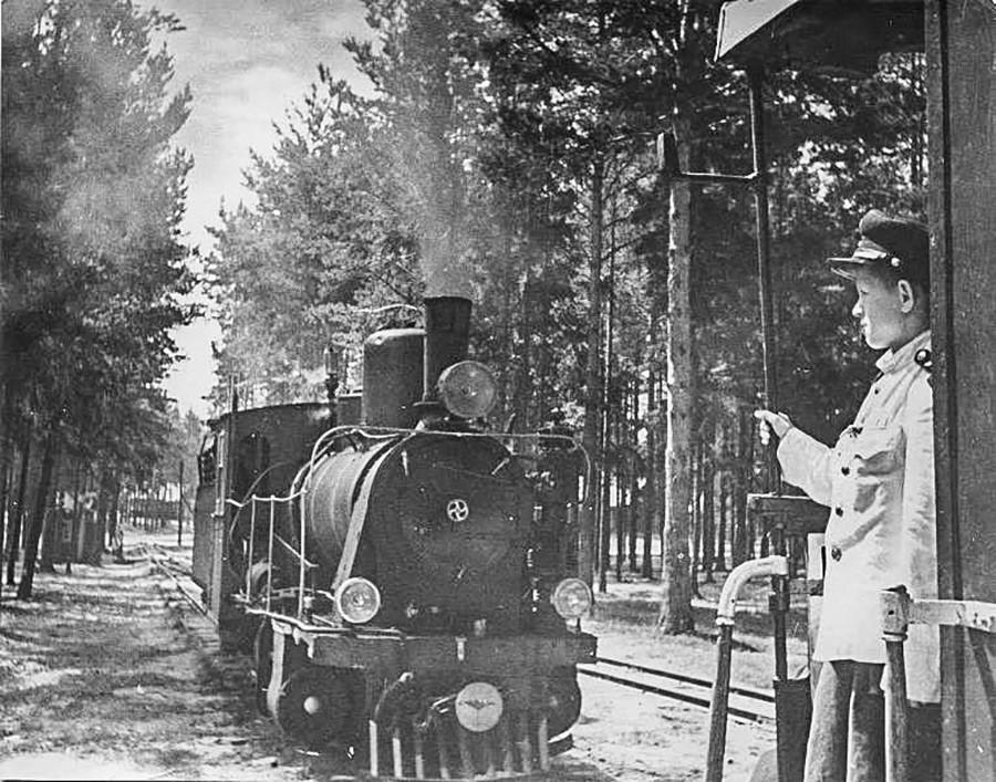 Детская железная дорога в подмосковном Кратово придумана Лазарем Кагановичем. Фото 1945 - 1949