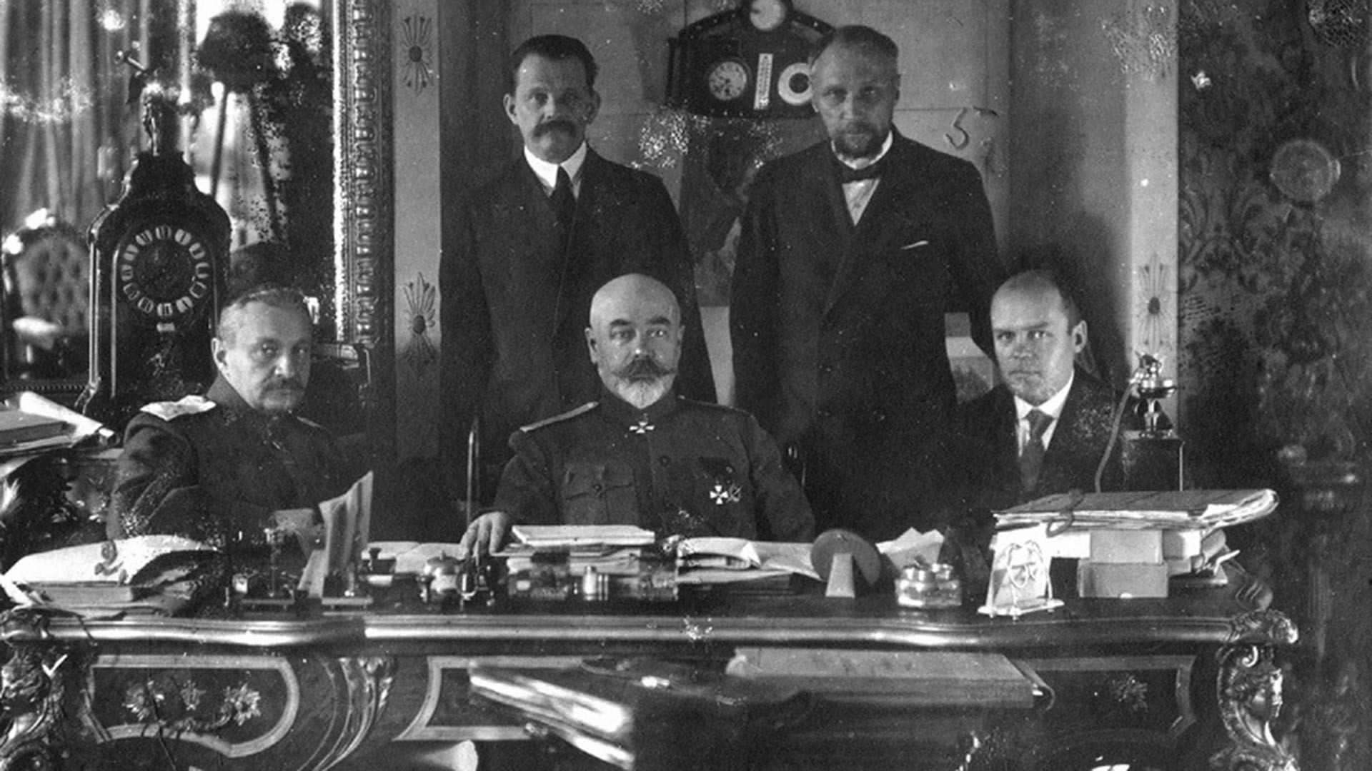 Taganrog, poleti 1919. Od desne proti levi: general I. P. Romanovski, general A. I. Denikin, K. N. Sokolov. Stojé: N. I. Astrov, N. V. Savič