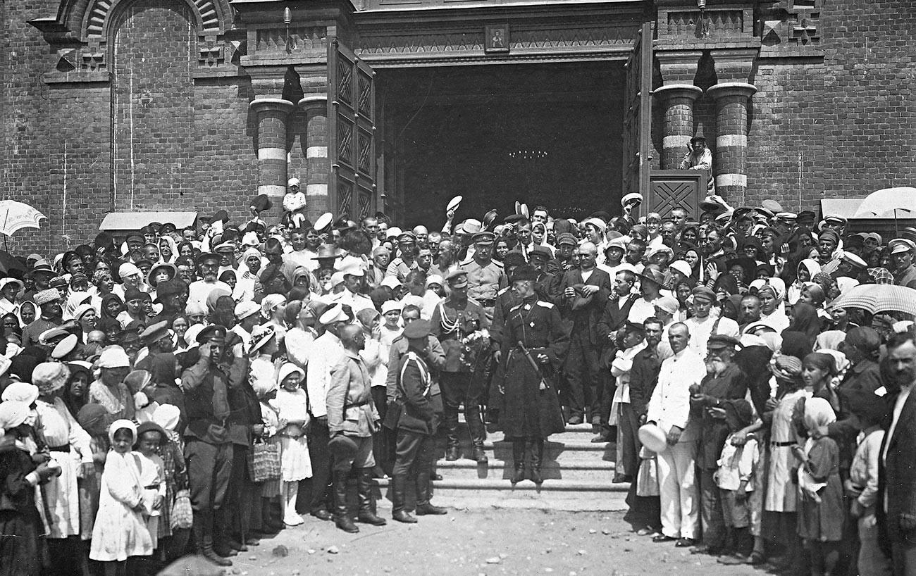 Il generale Wrangel esce dalla Cattedrale di Aleksandr Nevsky. Tsaritsyn, 15 ottobre 1919