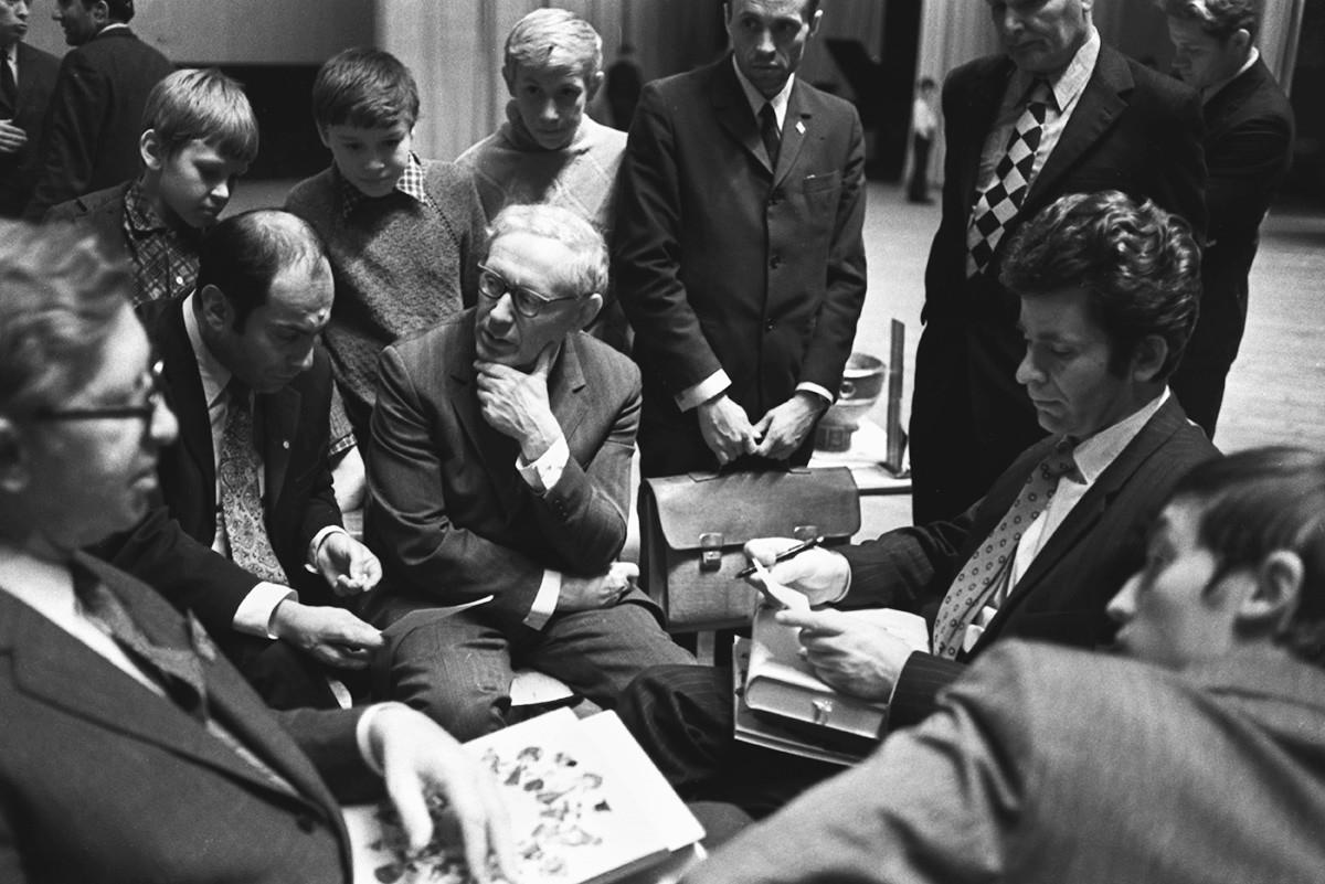 Vasily Smyslov, Mikhail Tal, Mikhail Botvinnik, Boris Spassky, and Anatoly Karpov (L-R) discuss a chess game.