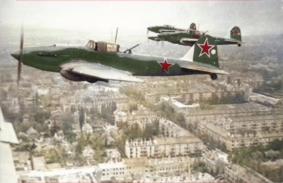 Aviones Il-2 sobrevolando Berlín en mayo de 1945. Puede observarse con claridad el puesto del ametrallador de cola.