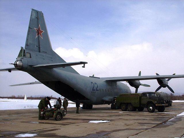 Antonov 12 de la Fuerza Aérea Rusa. Se pueden apreciar las ametralladoras de cola. 25 de marzo de 2010.