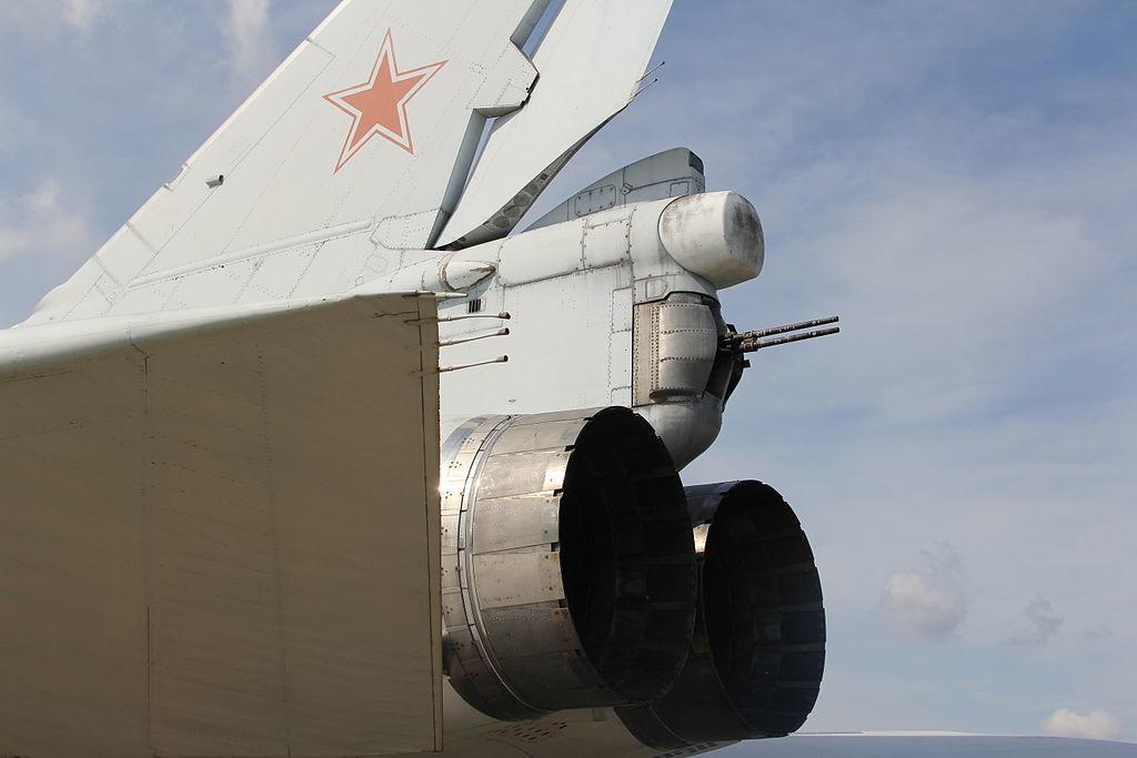 Tu-22M3 en vuelo. Se puede apreciar su ametralladora de cola desplegada.