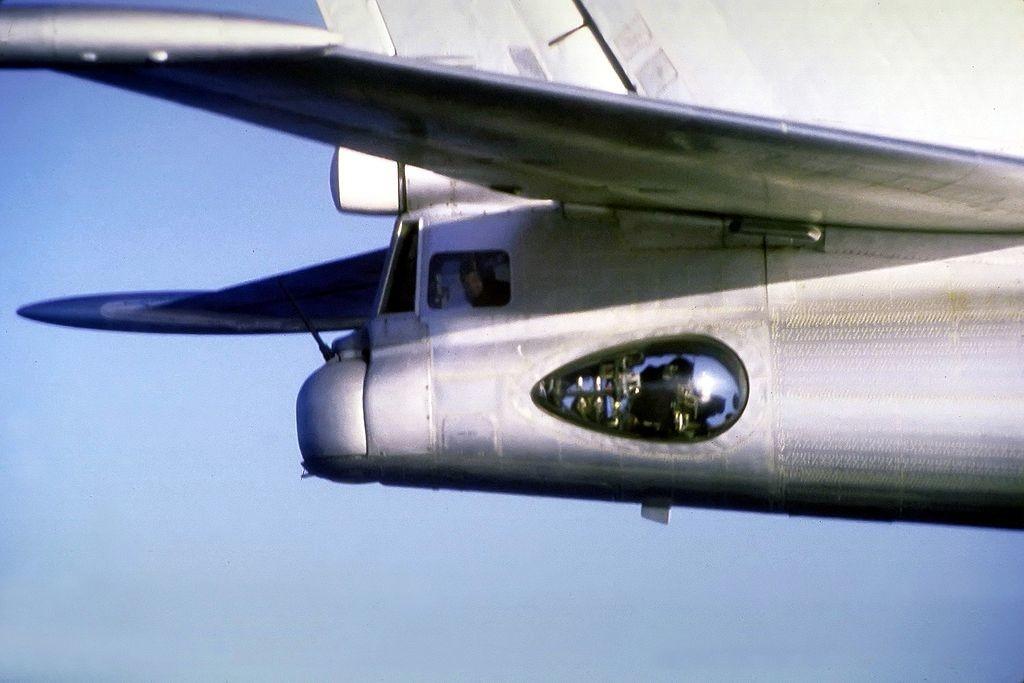Un primer plano aire-aire de la cola de un avión Tu-95 Bear mostrando el artillero de la cola y la torreta con el arma de 23 mm.1987