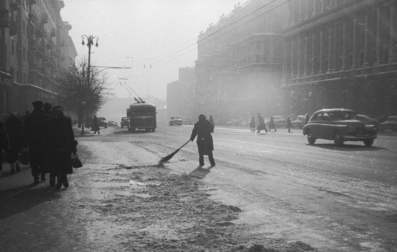 La calle Gorki, actualmente conocida por su nombre histórico, Tverskaia.