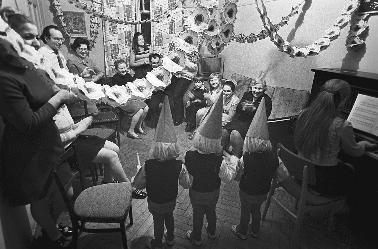 Une décoration faite à la main montrant l'enfant fêtant son anniversaire