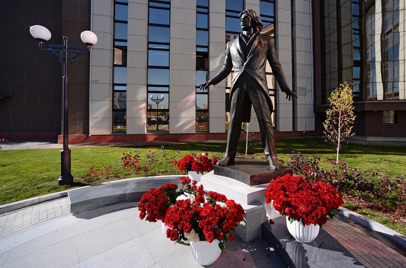 Паметник на оперния певец Дмитрий Хворостовски в парка на долния етаж на Сибирския държавен институт по изкуствата в Красноярск.