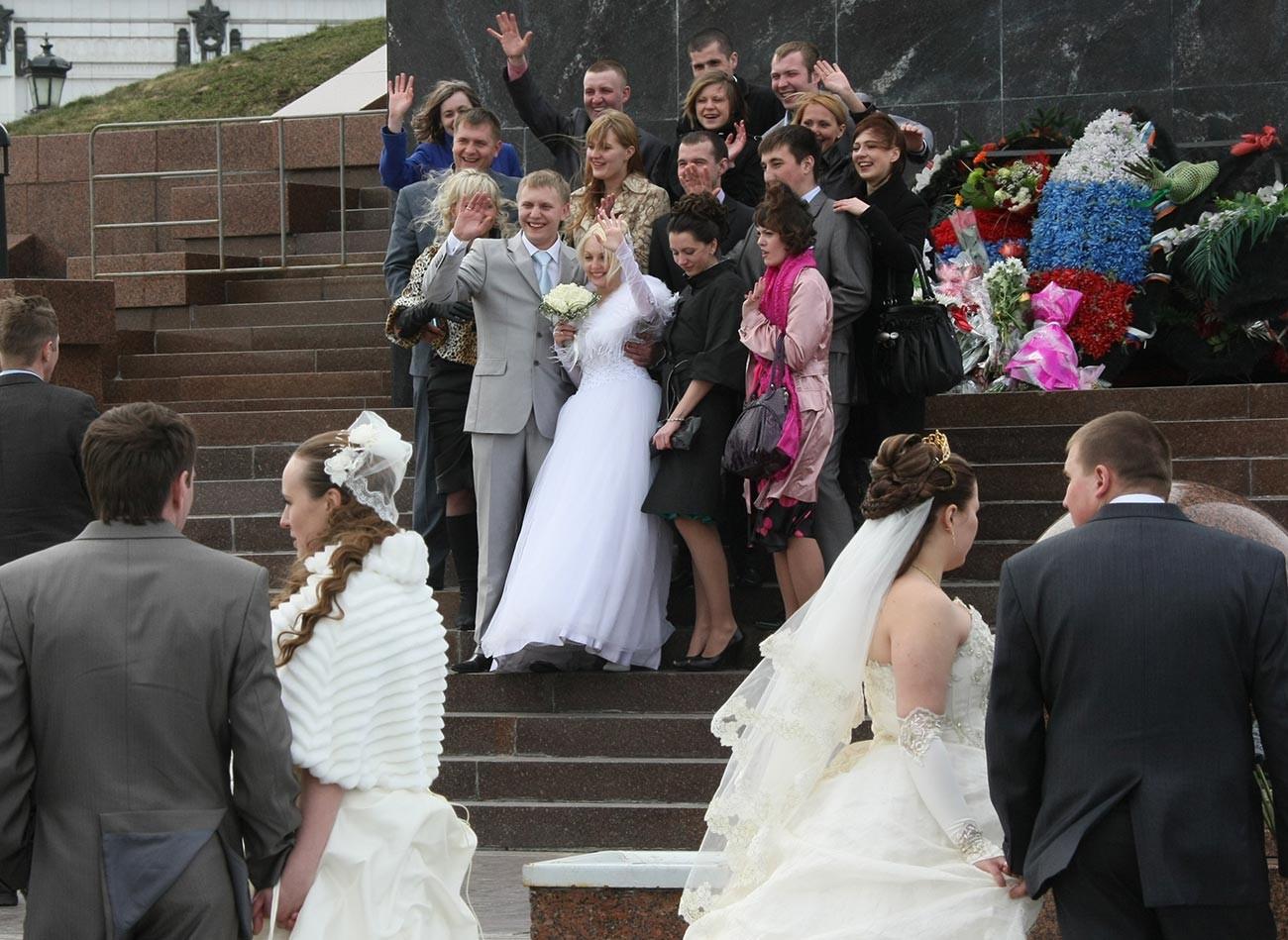Младоженци по време на народни тържества на Поклонная гора в деня на празника на пролетта Красная Горка.