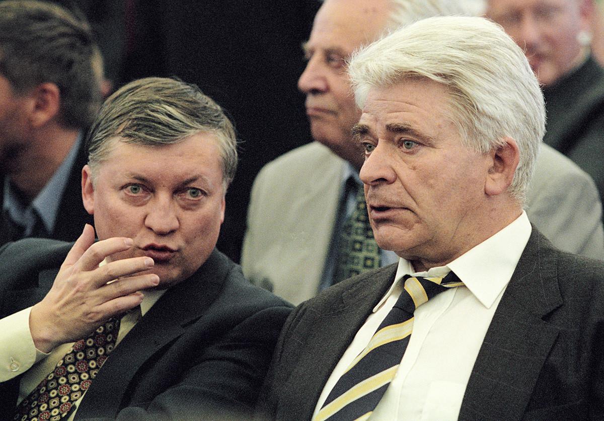 Anatóli Karpov (à esq.) and Borís Spasski (dir).