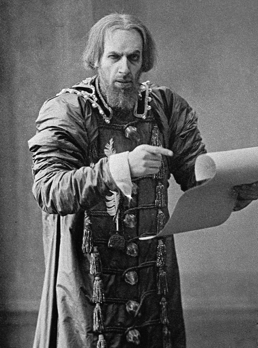 Vsevolod Mejerkhold interpreta lo zar Basilio IV sul palco del Teatro d'Arte di Mosca