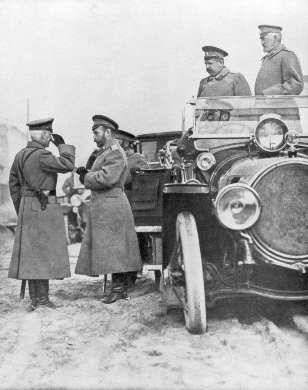 Le tsar Nicolas II visitant le Front russe, en mai 1915
