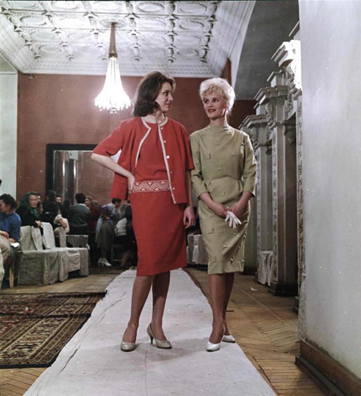 Démonstration de modèles de vêtements pour femmes (1955-1963)