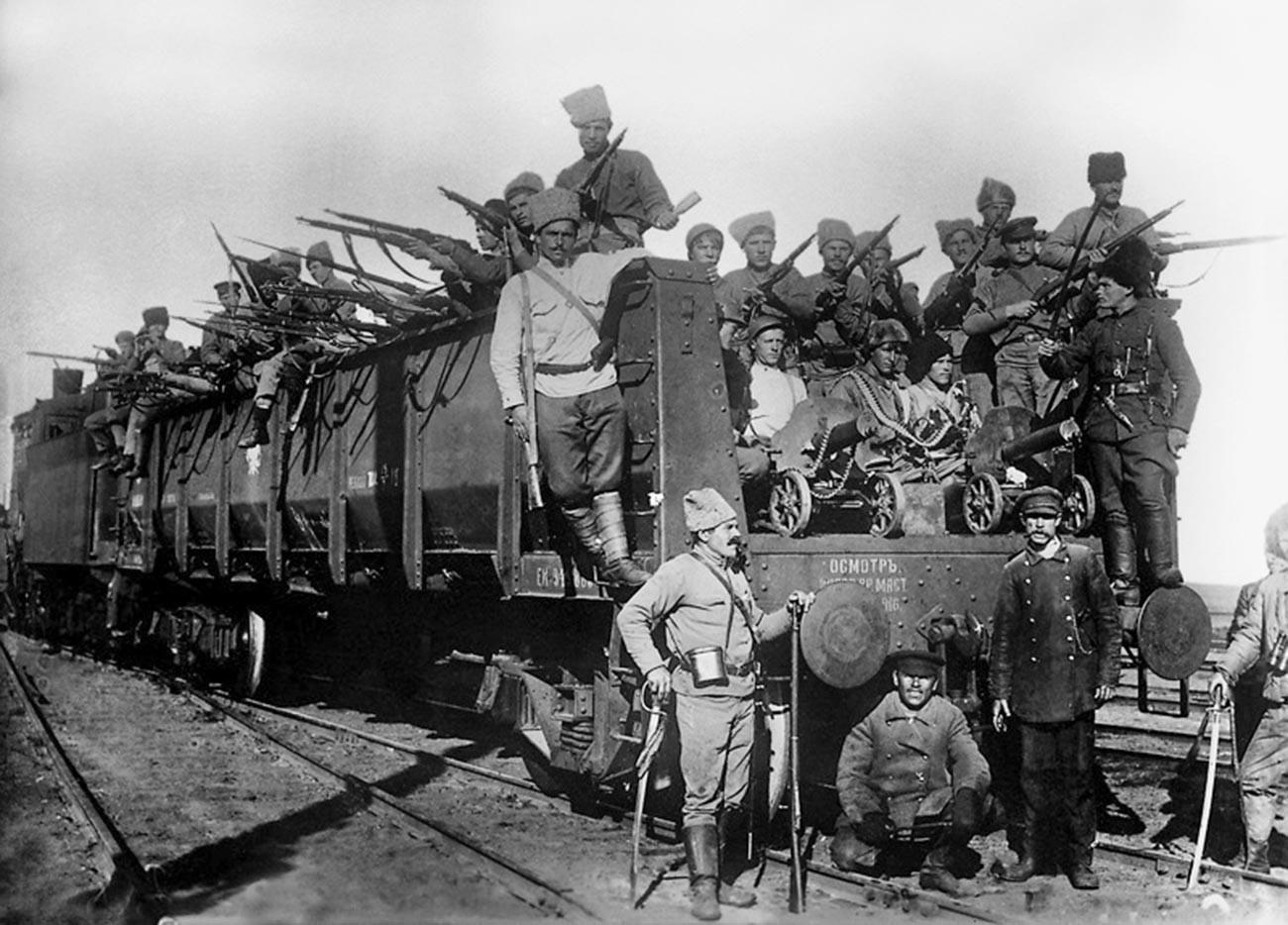 Kereta lapis baja Soviet.