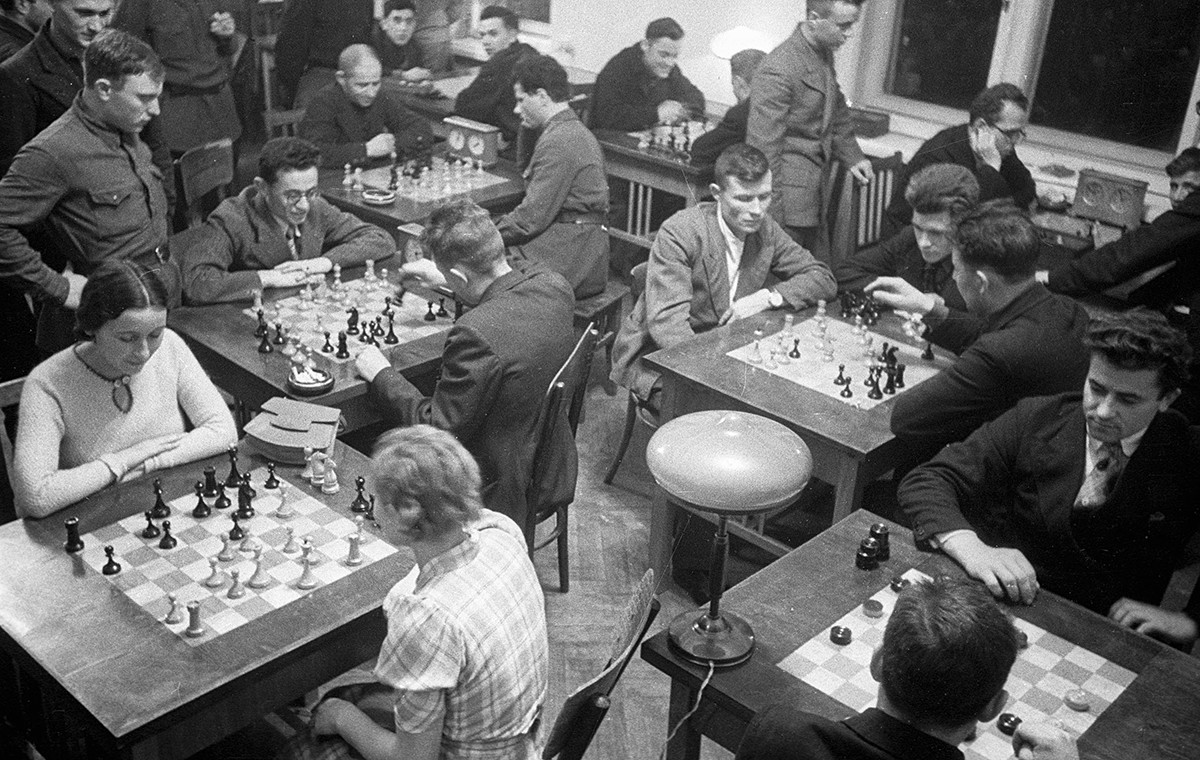 Los trabajadores de la Siderúrgica de Magnitogorsk juegan al ajedrez.