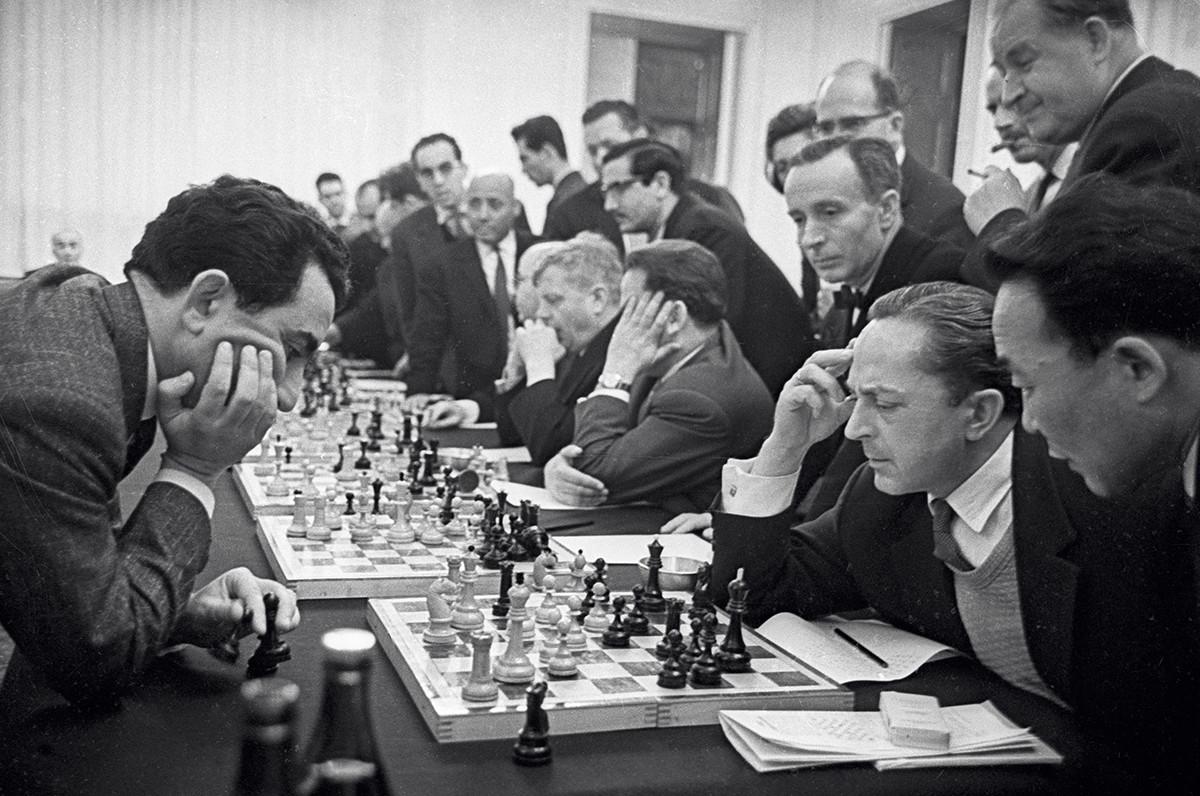 El campeón mundial de ajedrez, Tigran Petrosián (a la izquierda) durante una sesión de ajedrez simultánea con el cuerpo diplomático de Moscú. 1964.