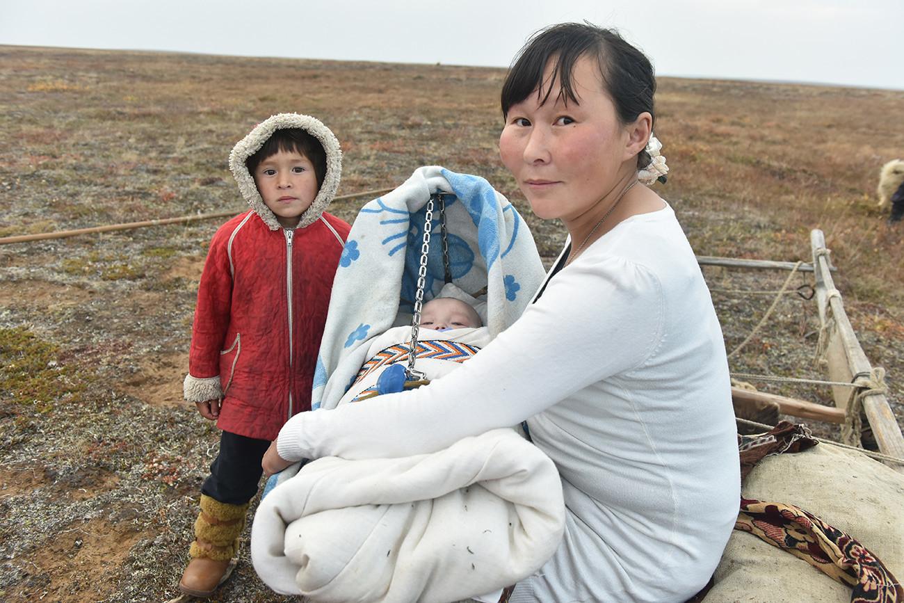 Wanita Nenets dengan anak-anaknya.