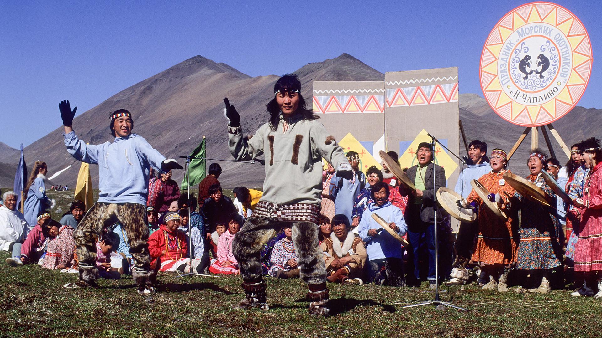 Orang eskimo menarikan tarian tradisional pada festival pemburu di Magadanskaya Oblast, Chukotskiy, Novoye Chaplino.