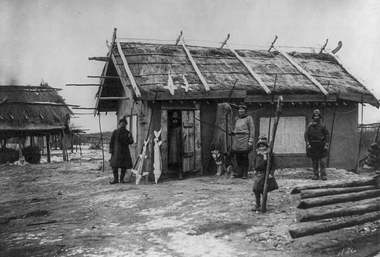 Sebuah desa Nanai di sepanjang Sungai Amur, sebelah utara Khabarovsk.