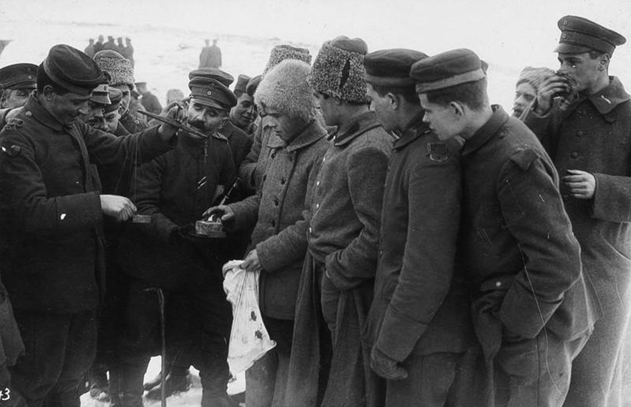 Échange de marchandises entre soldats soviétiques et allemands en février 1918