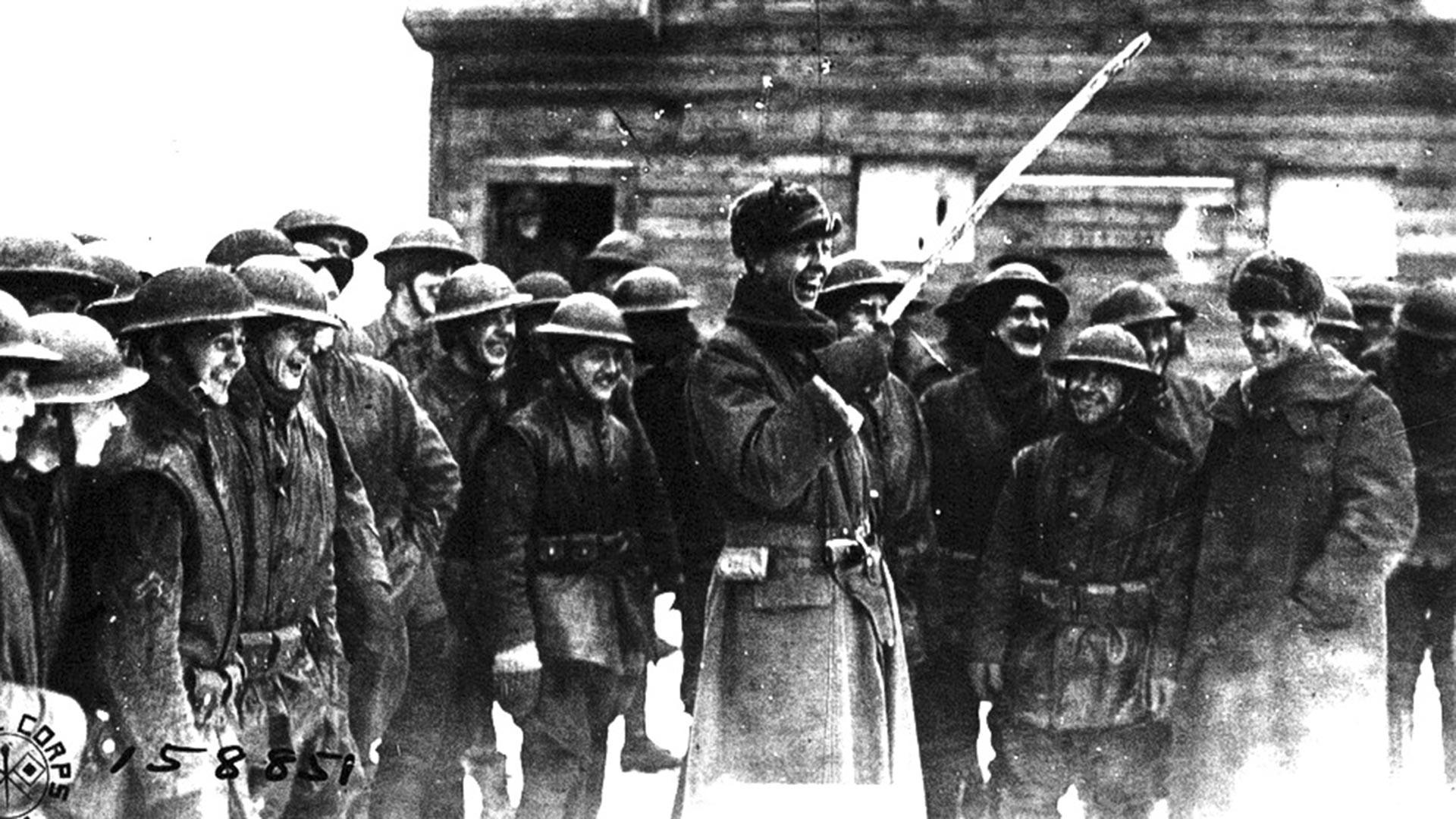 Un capitaine américain avec une chachka (sabre cosaque), trophée d'un combat contre des bolcheviks