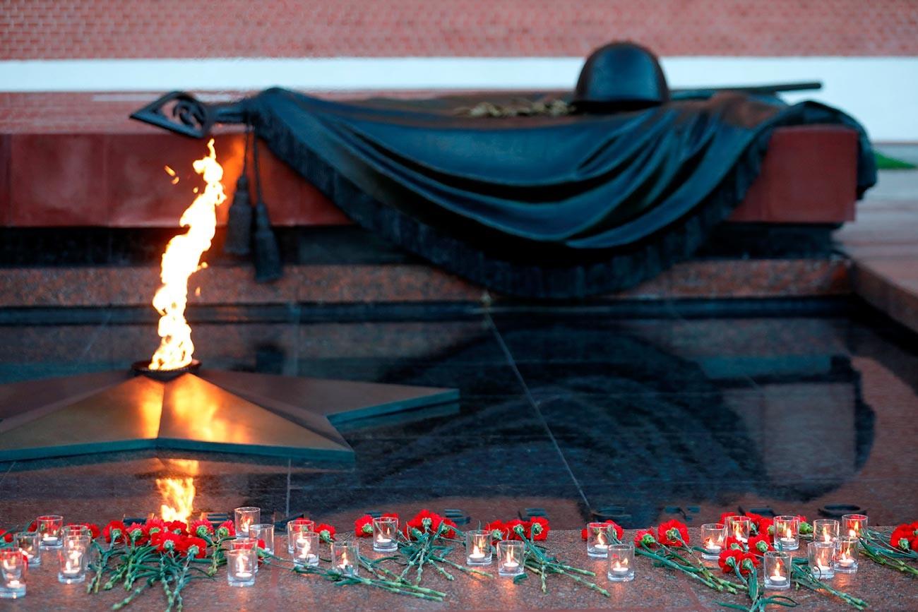 Fiori rossi vicino al Monumento al Milite Ignoto nei Giardini di Alessandro a Mosca