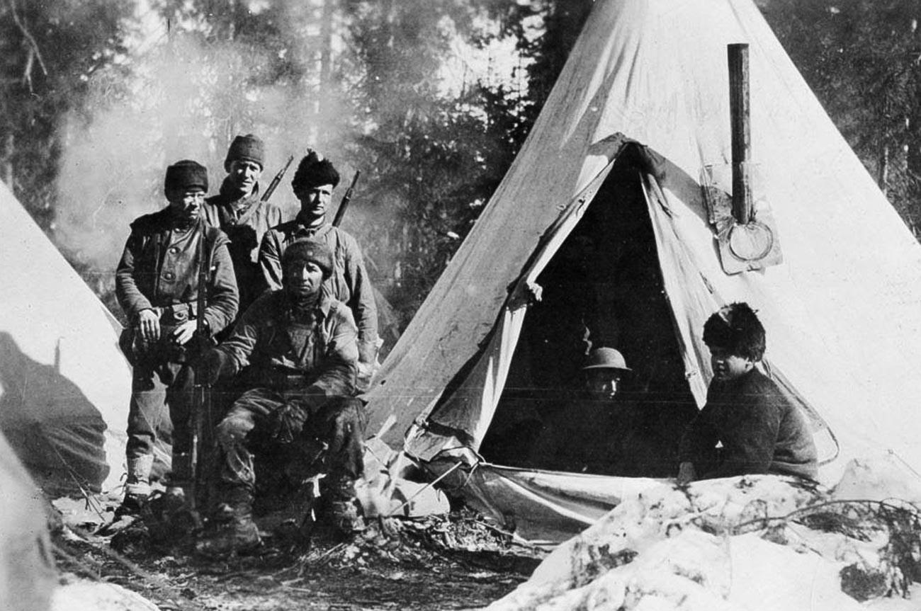 Ingénieurs américains dans un camp militaire sur le territoire russe