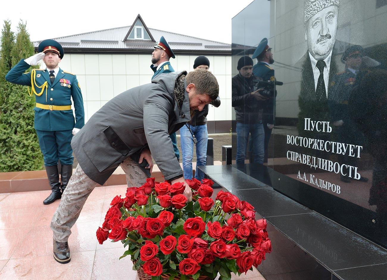Il leader ceceno Ramzan Kadyrov depone fiori al monumento eretto in ricordo del primo presidente della Repubblica cecena, Ahmat Kadyrov, Grozny