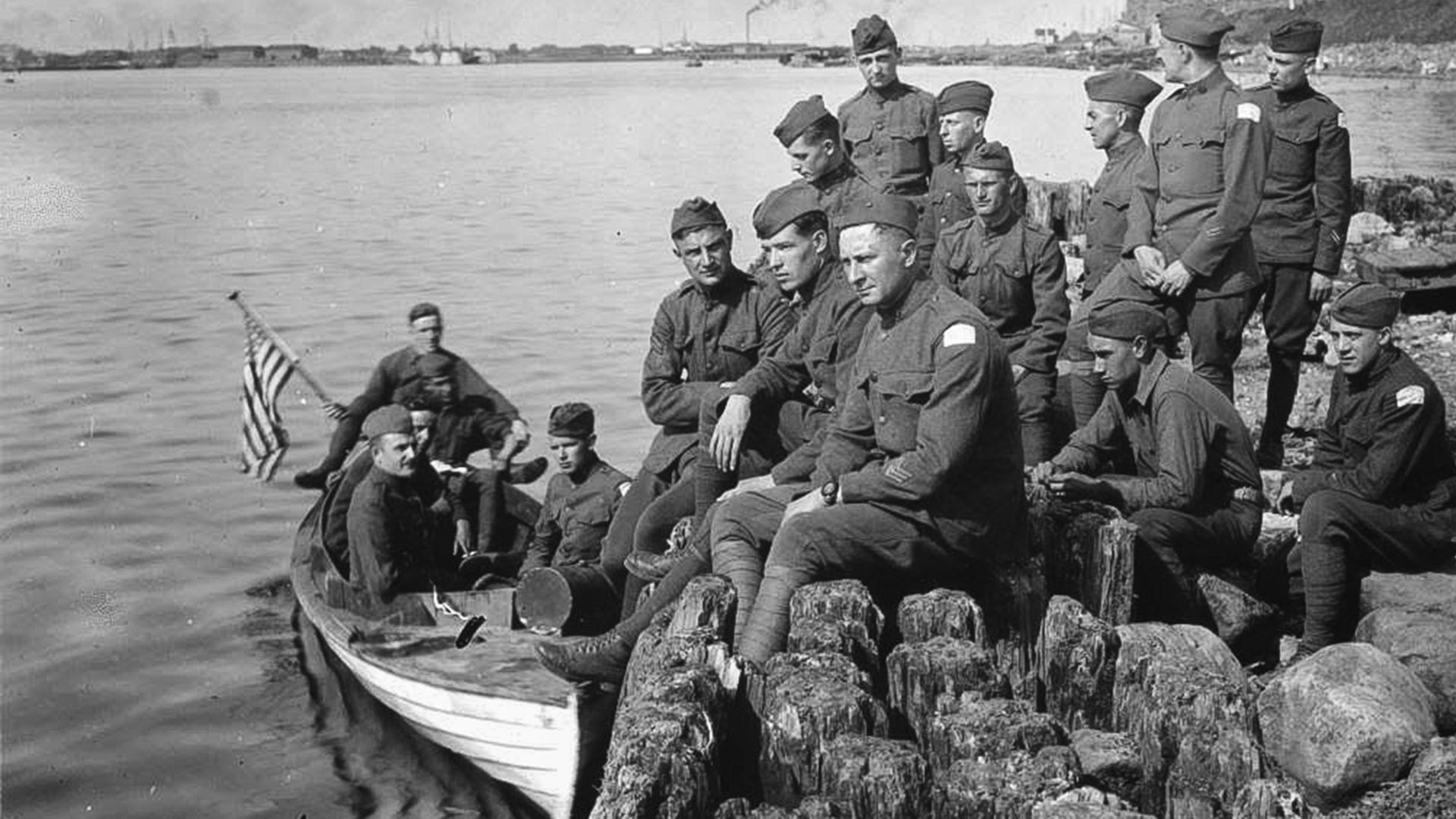 Des soldats américains attendent le bateau qui les reconduira aux pays, en été 1919.