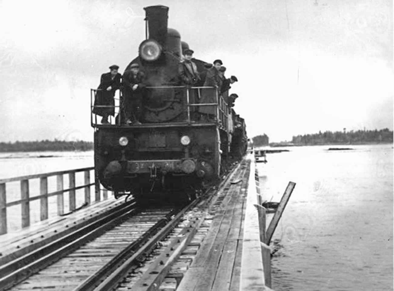 Prisioneiros do Gulag em direção ao canteiro de obras da Transpolar