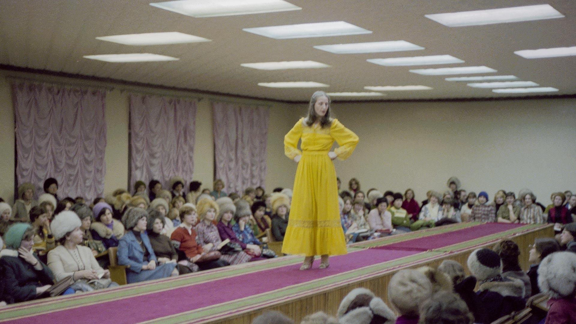 Apresentação da nova coleção Primavera 80 na sala de exposição da Casa de Moda de Tiumen, 1980
