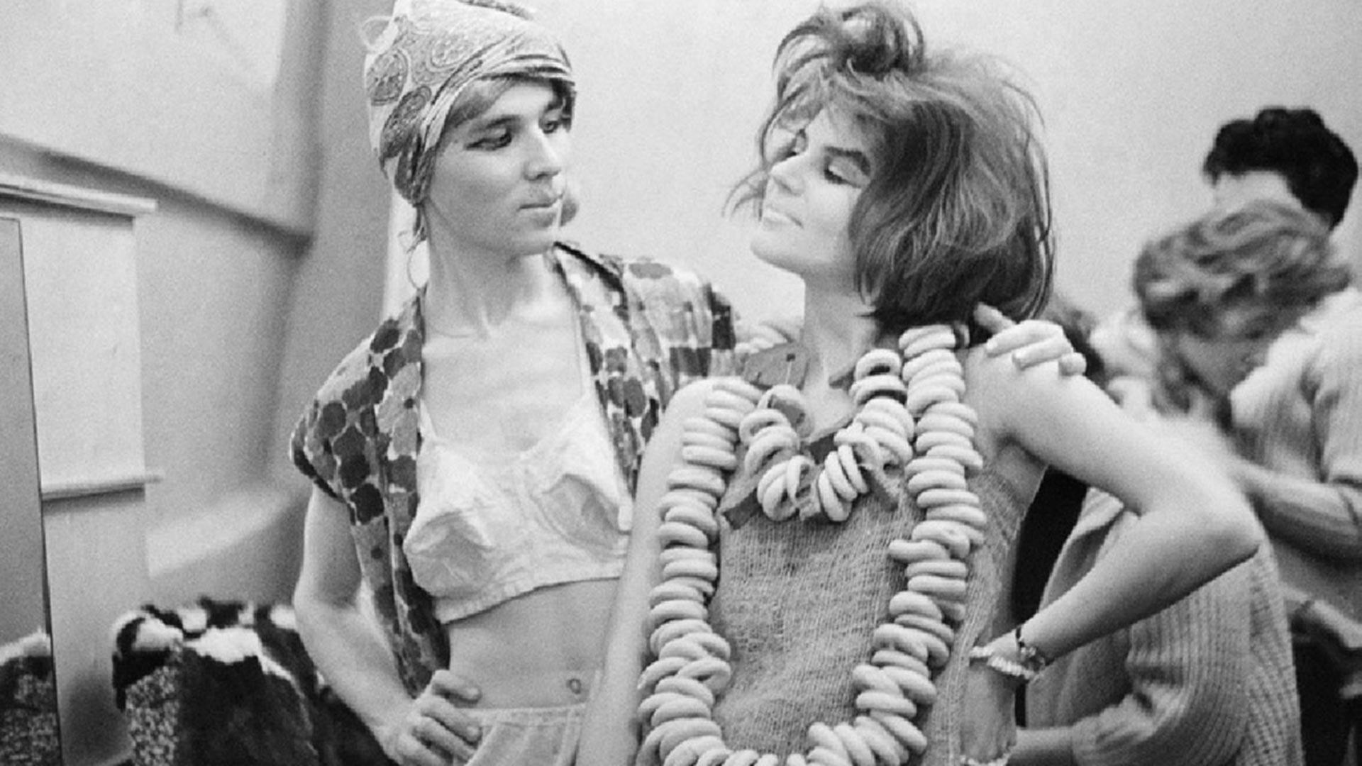 ファッションショーの舞台裏にいるヴャチェスラフ・ザイツェフ、1966年