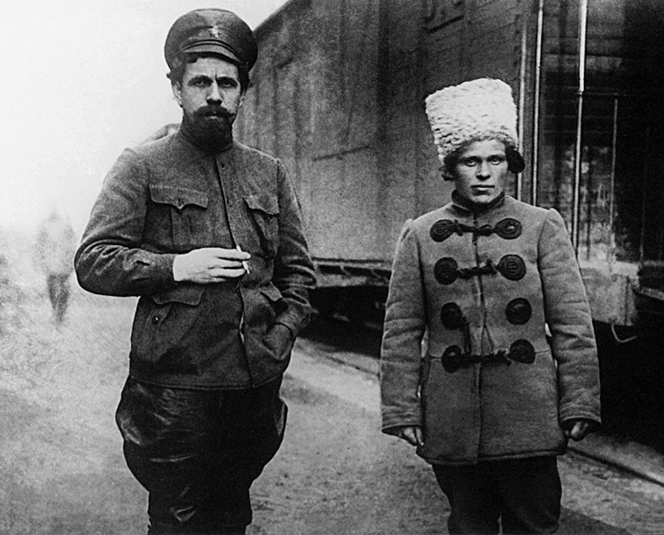 Pawel Dybenko (l) und Nestor Machno (r)