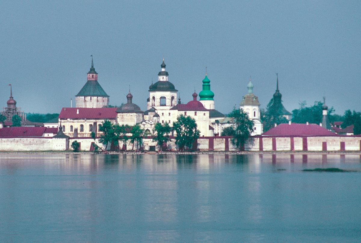 Kirillov. Monastère Saint-Cyrille-Belozersk, vue sud sur le lac de Sivere. Au centre avec coupole verte : cathédrale de la Dormition. Au bout à droite : infirmerie et église Saint-Euthyme.