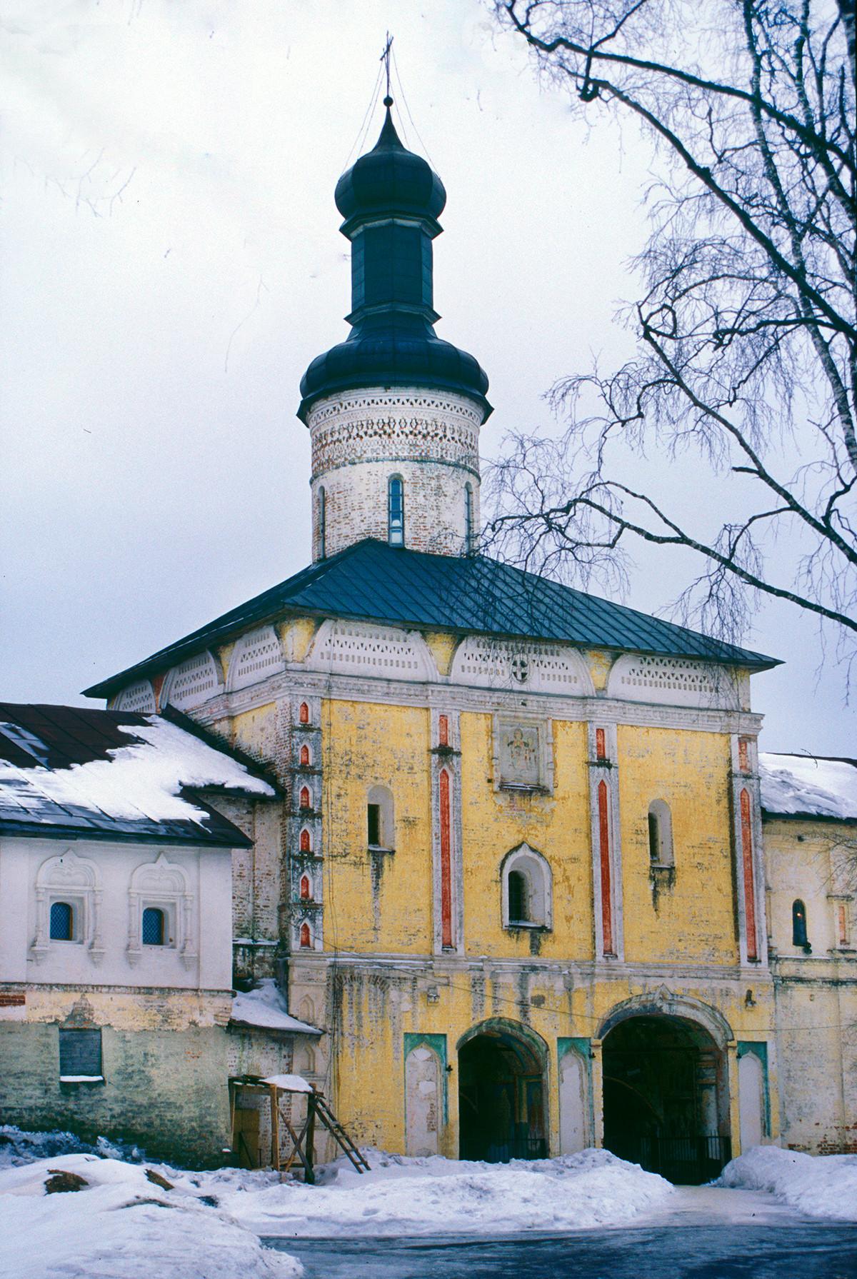 Église Saint-Jean Climaque au-dessus de la Sainte porte, vue nord-est.