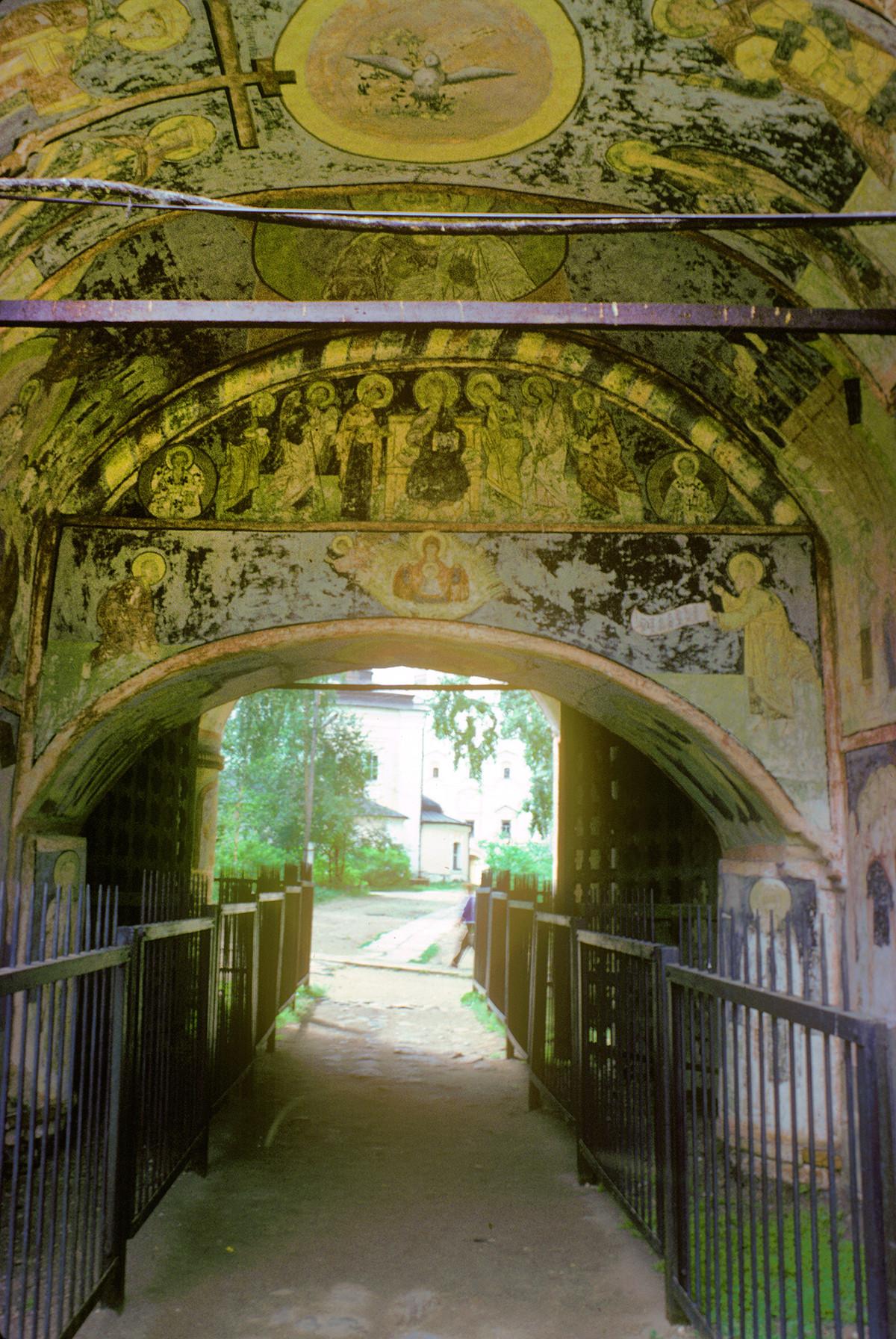 Sainte porte. Large passage, vue vers la cathédrale de la Dormition.
