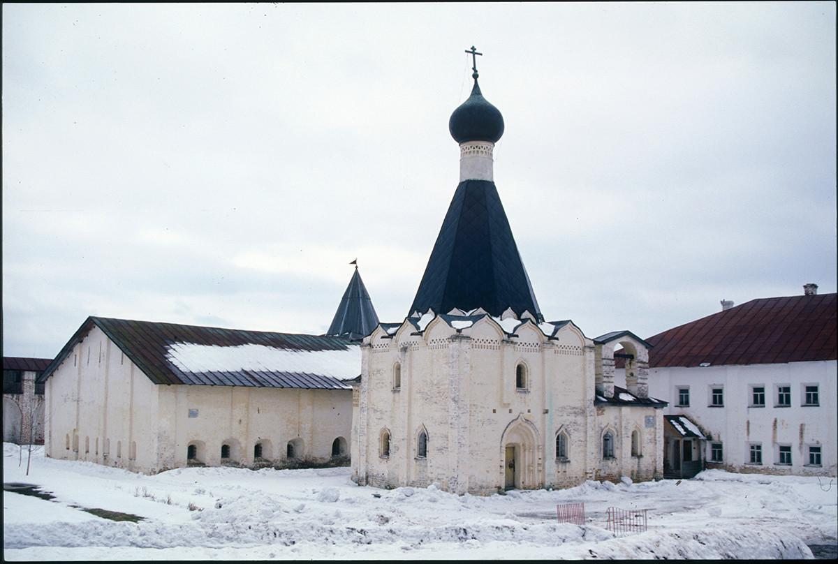Église Saint-Euthyme, vue nord-ouest. Arrière-plan gauche : Grande infirmerie.