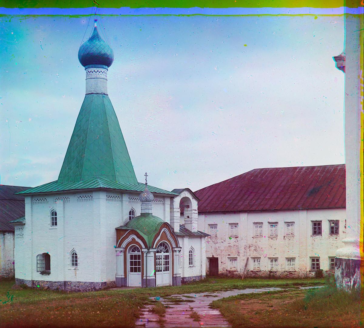 Église Saint-Euthyme, vue nord-ouest. À droite : école religieuse.