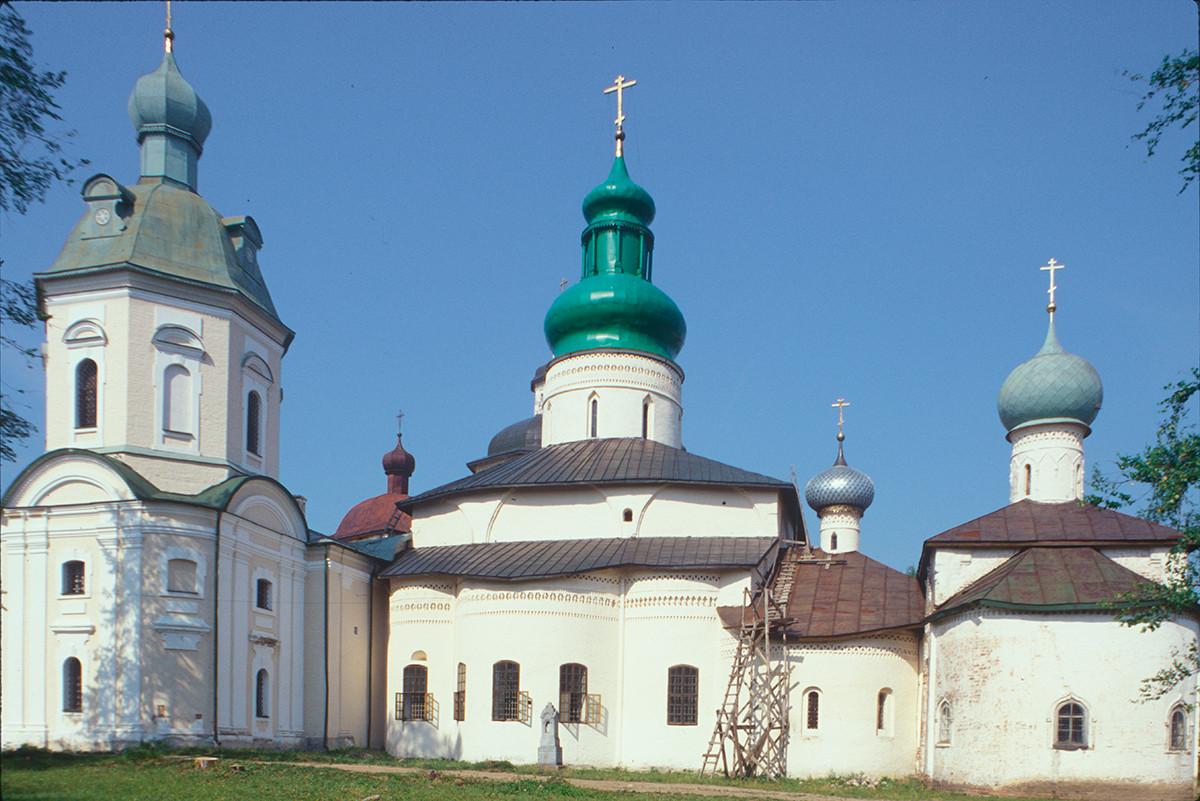 Monastère Saint-Cyrille-Belozersk.Ensemblearchitectural, vue est. De gauche à droite : l'église Saint-Cyrille-Belozersk, la cathédrale de la Dormition, l'église Saint-Vladimir, l'église Saint-Épiphane. 15 juillet 1999.