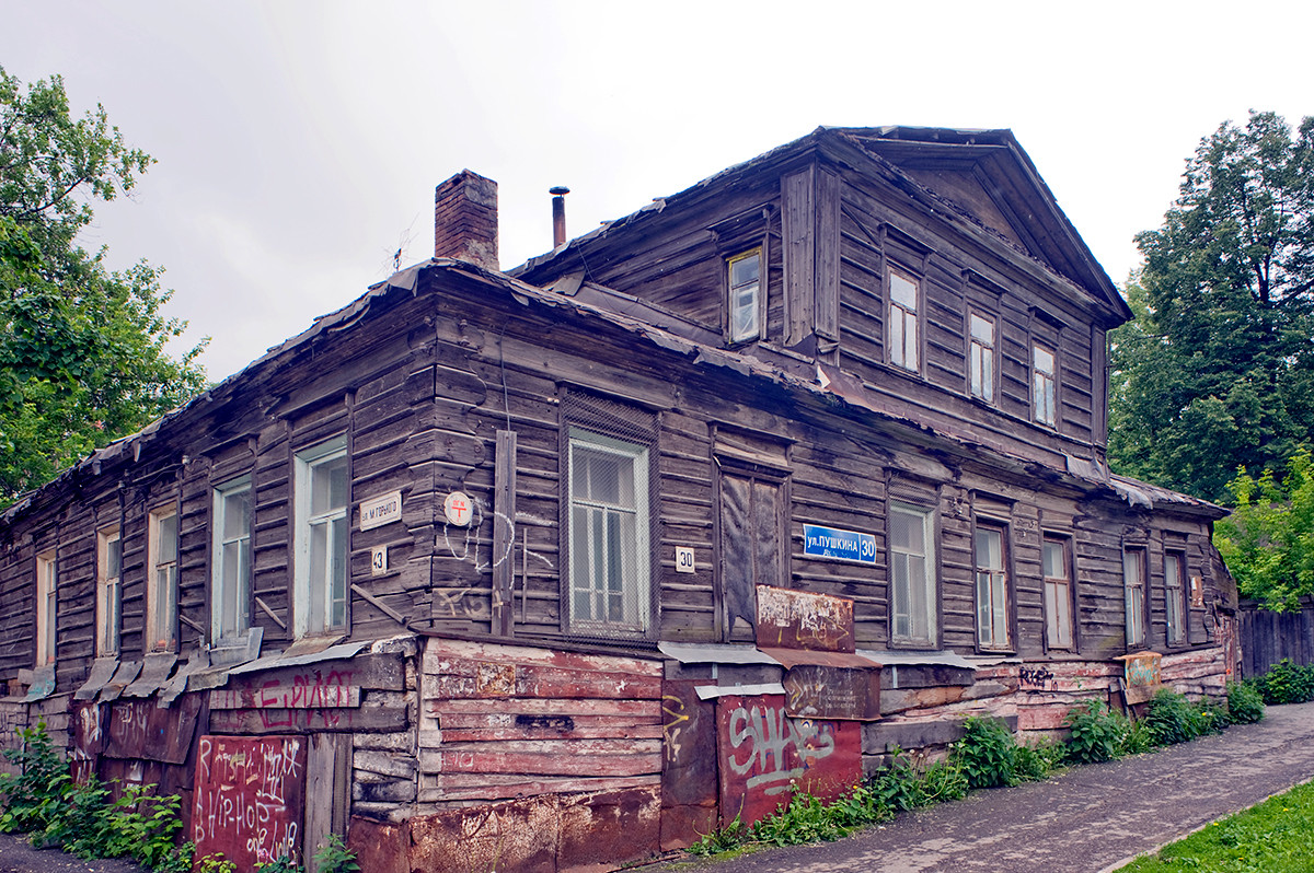 19th-century wooden house (log structure with plank siding) at corner of Pushkin & Gorky Streets. June 15, 2014