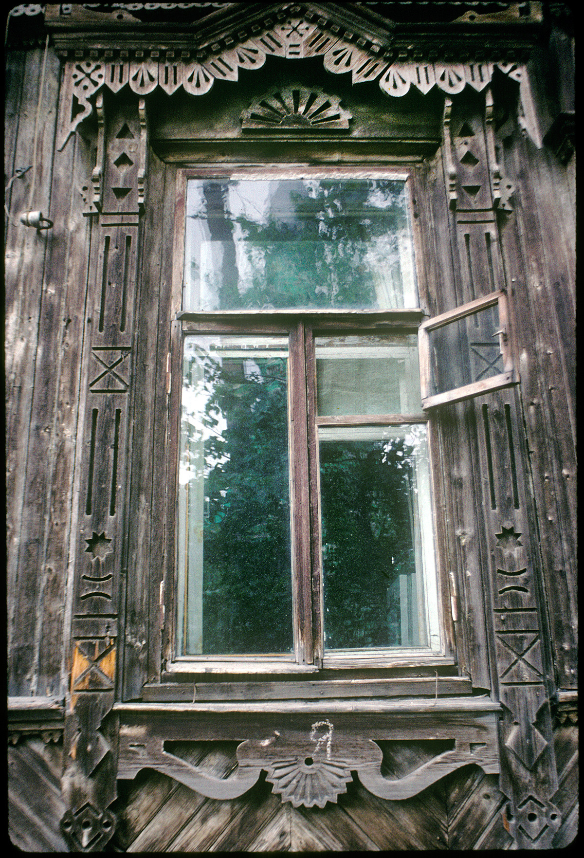 Wooden house, Monastery Street 26. Window with decorative surround. August 23, 1999