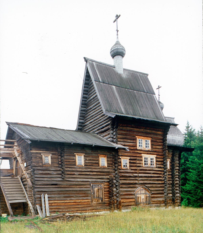 Khokhlovka. Log Church of Nativity of the Virgin (1694), originally at the village of Tokhtarevo. August 22, 1999