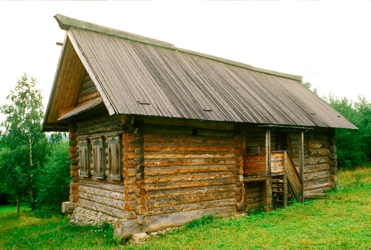 Khokhlovka. Log house originally built in late 19th century by peasant Ivan Igoshev at Gribani village. August 22, 1999