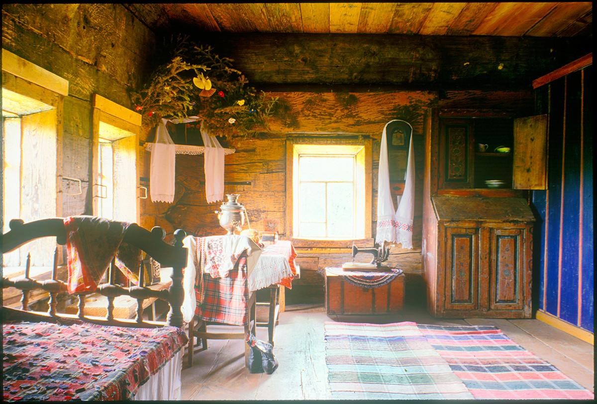Log house built by Ivan Igoshev at Gribani village. Interior, main room. August 22, 1999