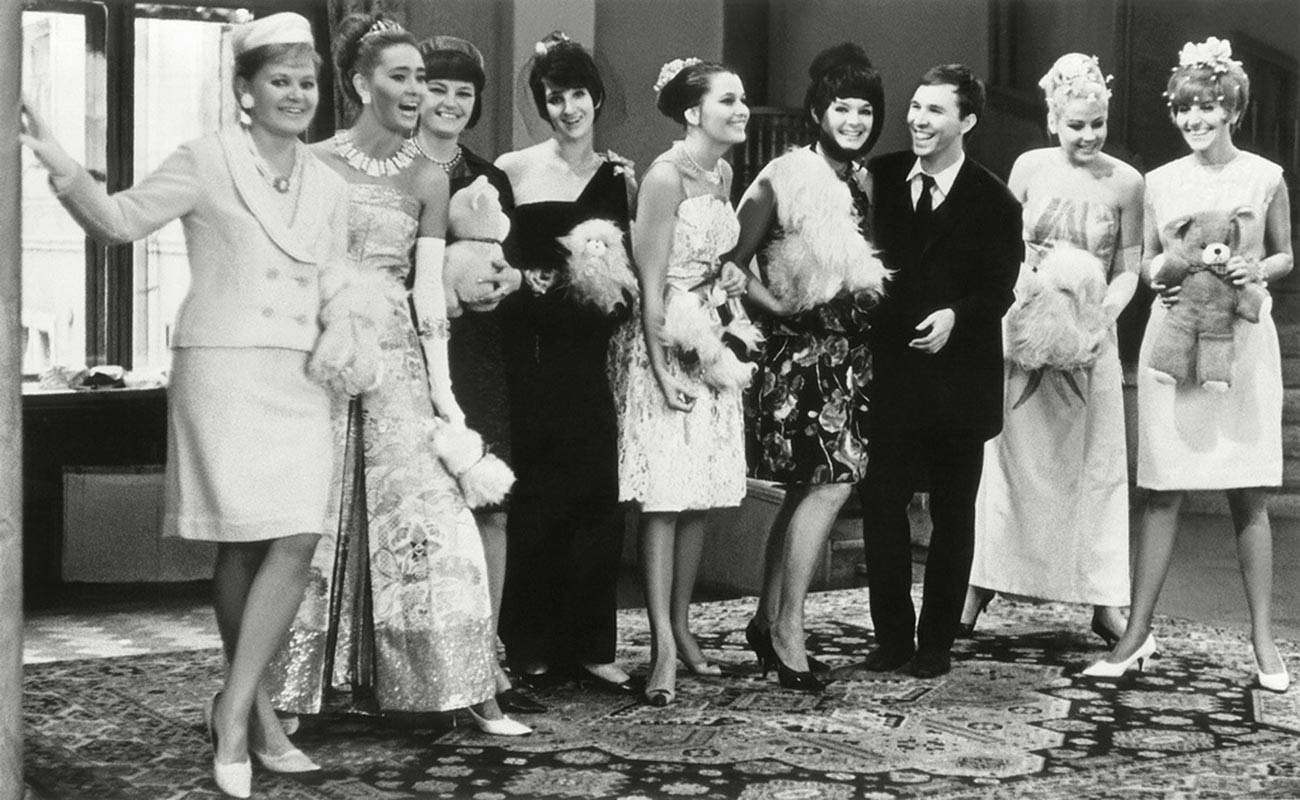 El diseñador de moda Viacheslav Zaitsev con un grupo de modelos, 1965