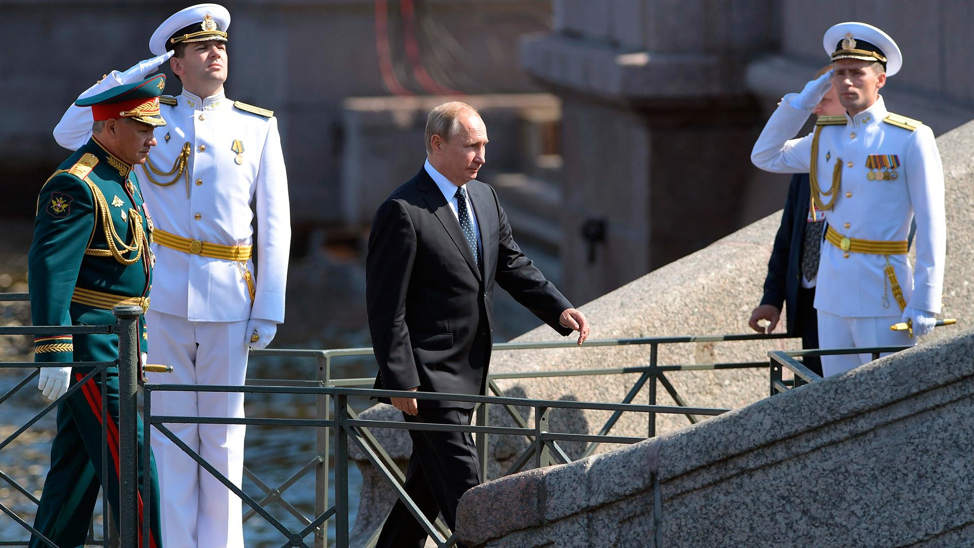 Ruski predsednik med obiskom pomorske parade v Sankt Peterburgu