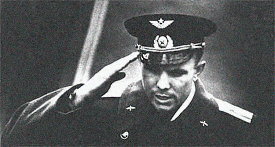 Jurij Gagarin med poročanjem po vrnitvi s svojega poleta v vesolje